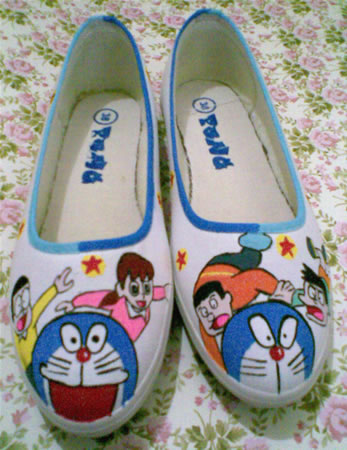 sepatu lukis Doraemon and friends